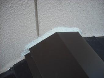 屋根の壁際