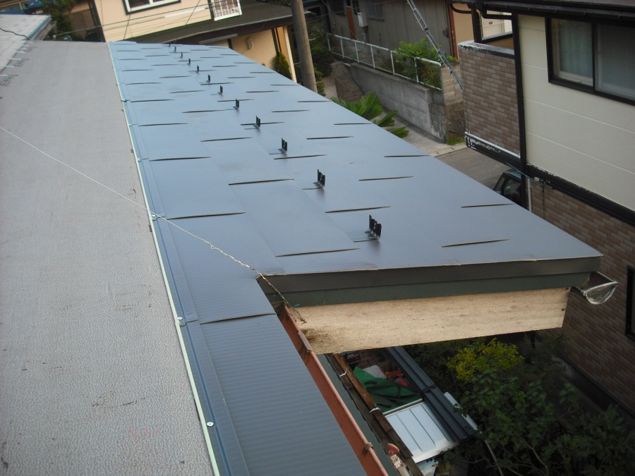 定尺横葺き材ヒランビーを使い仙台市泉区で重ね葺きの工事をしました。