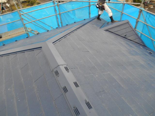 名取市でカラーベスト屋根からシングル材に葺き替え工事をしました。