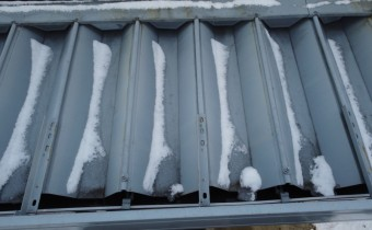折板屋根の下屋根