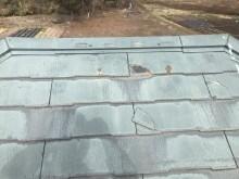 割れたコロニアル屋根の写真