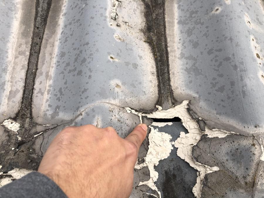 穴の開いた屋根の写真