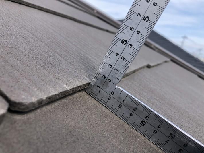 隙間の空いたスレート屋根