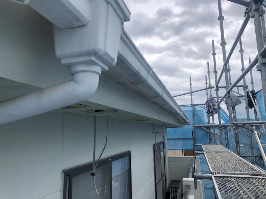 岩沼市にて追加工事 塗装中の現場で雨樋を撤去していきます