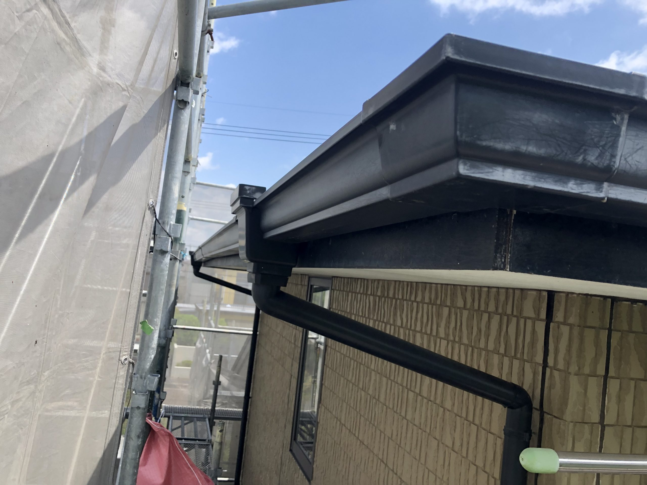 松島町で雨樋架け替え工事 軒樋部分の撤去をしていきます