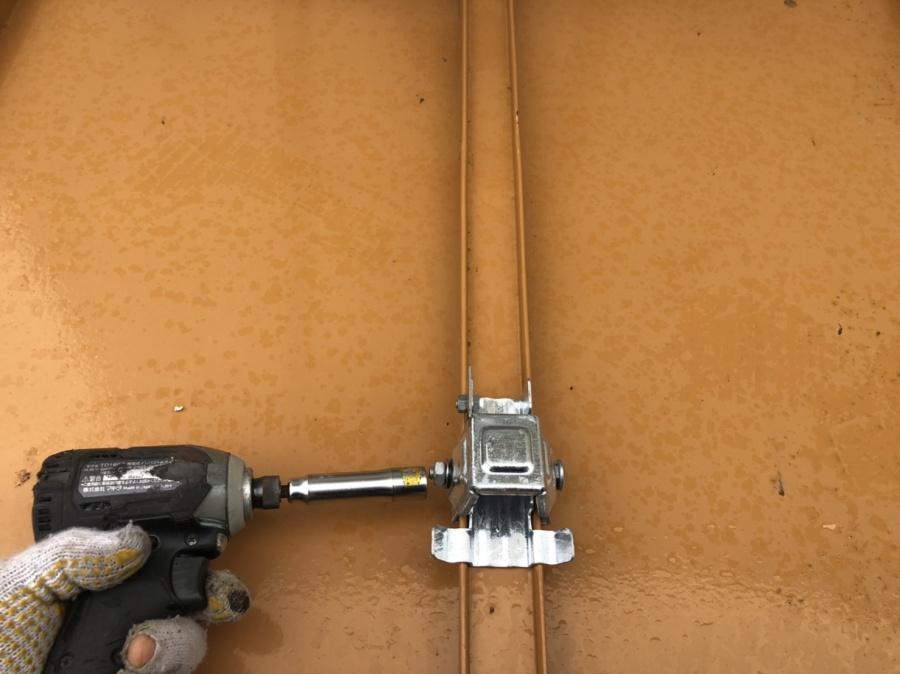 仙台市青葉区、瓦棒屋根に落雪防止器具の取り付けをしてきました。